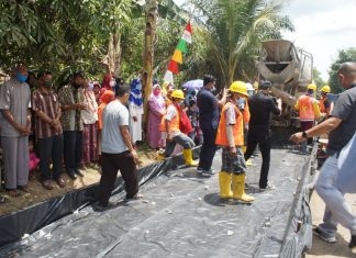 Pengecoran pertama pembangunan jalan penghubung Desa Jungai dan Desa Tanjung Miring Kabupaten Ogan Ilir (OI),